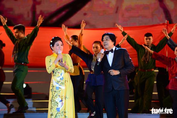 Tạ Minh Tâm, Noo Phước Thịnh, Cẩm Ly hát 'Mãi mãi mùa xuân có Đảng' - Ảnh 4.