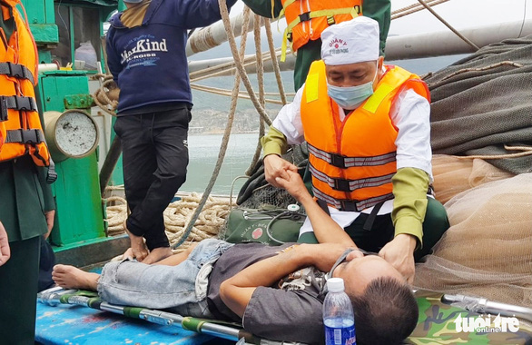 8 ngư dân thoát chết khi tàu cháy trên biển - Ảnh 2.