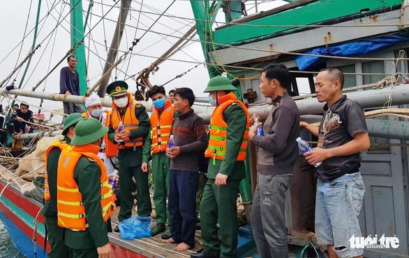 8 ngư dân thoát chết khi tàu cháy trên biển - Ảnh 1.
