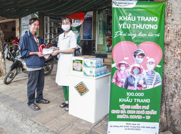 Hệ thống Trung Sơn Pharma tặng 100.000 khẩu trang cho người nghèo - Ảnh 1.