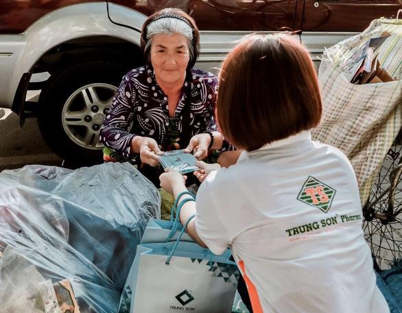 Hệ thống Trung Sơn Pharma tặng 100.000 khẩu trang cho người nghèo - Ảnh 2.
