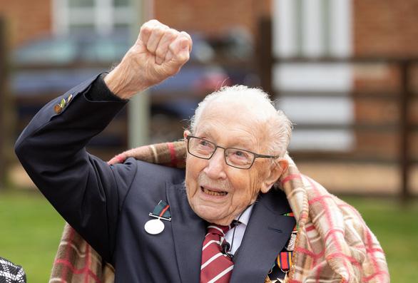 کاپیتان 100 ساله ، که 30 میلیون پوند در برابر COVID-19 اهدا کرد ، درگذشت و انگلیسی ها اشک ریختند - عکس 2.