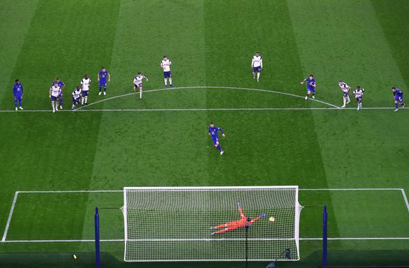 Jorginho ghi bàn từ chấm phạt đền giúp Chelsea vươn lên thứ 6 - Ảnh 2.