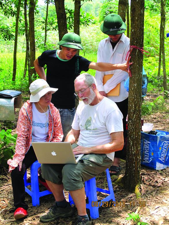 Vị giáo sư Canada mê ong Việt - Ảnh 3.