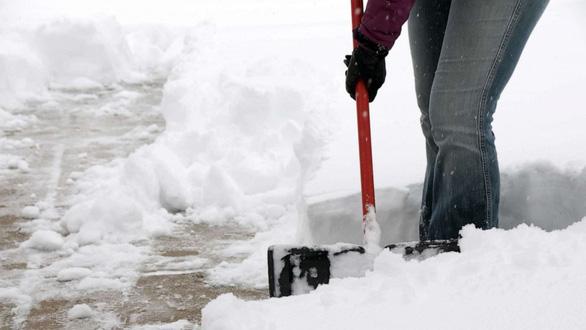 با پاکسازی برف از خانه ما و ریختن به خانه همسایه ، زن و شوهر در پنسیلوانیا مورد اصابت گلوله قرار گرفتند - عکس 1.