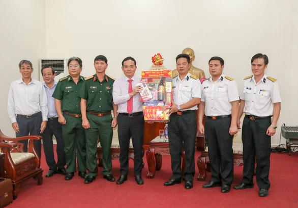 Lãnh đạo TP.HCM thăm, chúc tết cán bộ chiến sĩ biên phòng, hải quân, quân y - Ảnh 4.
