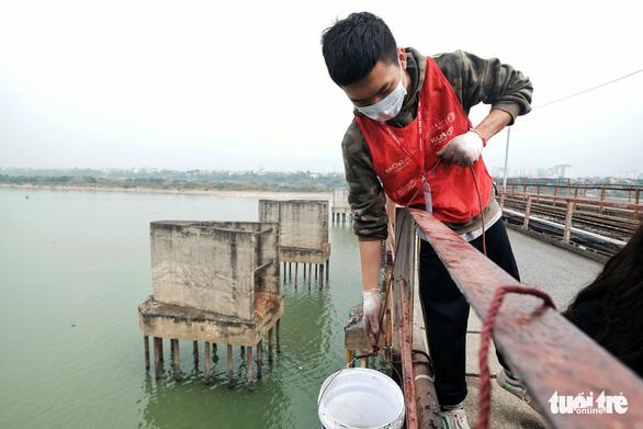 Nhóm bạn trẻ 8 năm giúp người Hà Nội thả cá chép, không thả túi nilông - Ảnh 3.