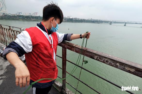 Nhóm bạn trẻ 8 năm giúp người Hà Nội thả cá chép, không thả túi nilông - Ảnh 10.