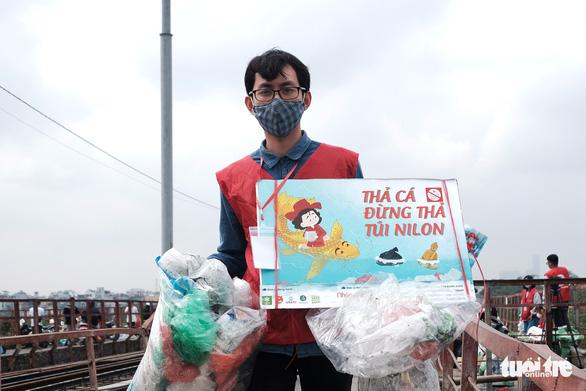 Nhóm bạn trẻ 8 năm giúp người Hà Nội thả cá chép, không thả túi nilông - Ảnh 7.
