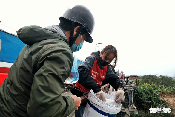 Nhóm bạn trẻ 8 năm giúp người Hà Nội thả cá chép, không thả túi nilông - Ảnh 1.
