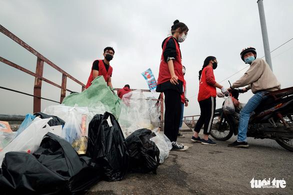 Nhóm bạn trẻ 8 năm giúp người Hà Nội thả cá chép, không thả túi nilông - Ảnh 9.