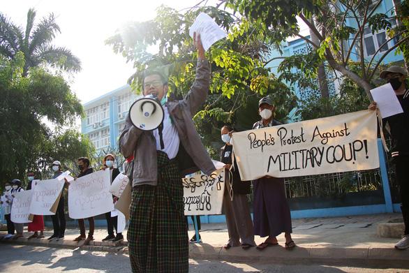 اولین تظاهرات میانمار به کودتا اعتراض کرد - عکس 2.