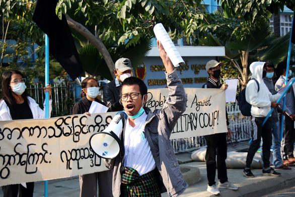 اولین تظاهرات در اعتراضات میانمار به کودتا - عکس 1.