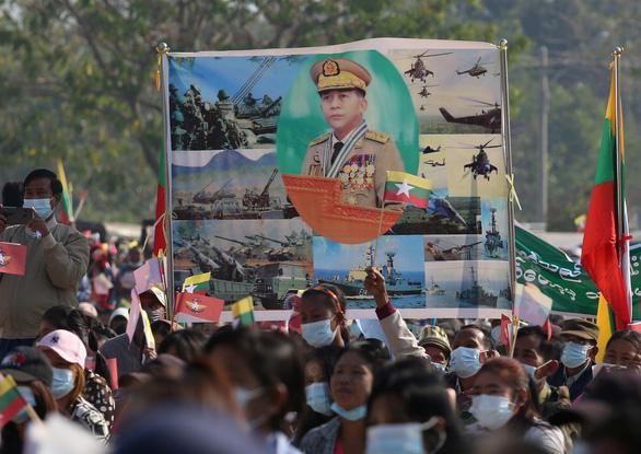 اولین تظاهرات میانمار به کودتا اعتراض کرد - عکس 3.