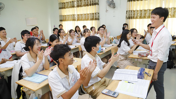 Thầy giáo gốc Bắc hát cải lương để dạy trò Sài Gòn học văn - Ảnh 1.