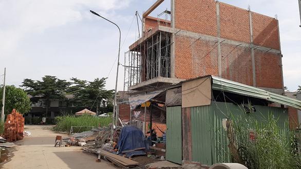 UBND TP chỉ đạo dừng xây dựng, nhà vẫn... mọc lên - Ảnh 2.