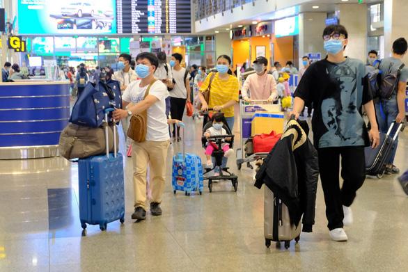 Em trai nhân viên sân bay Tân Sơn Nhất cũng nghi nhiễm COVID-19, bộ yêu cầu truy vết tất cả F1, F2 - Ảnh 2.