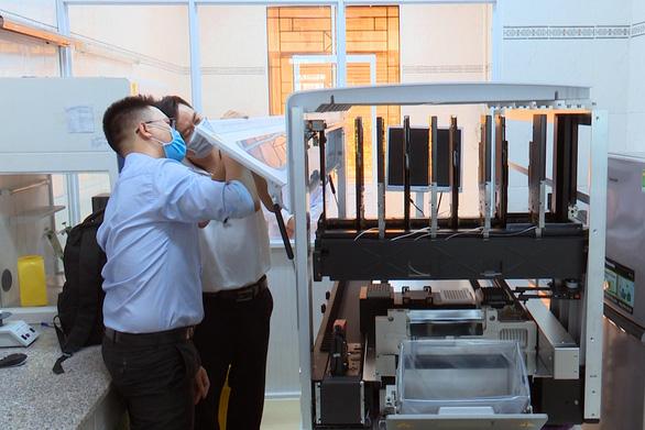 Doanh nghiệp tặng Đồng Nai máy xét nghiệm COVID-19 trị giá 5 tỉ đồng - Ảnh 1.