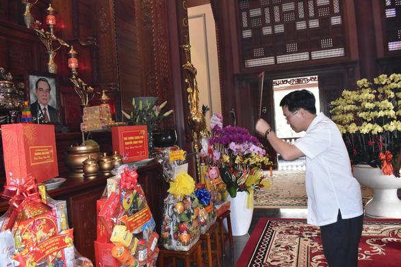 Ông Võ Văn Thưởng chúc tết gia đình nguyên lãnh đạo Đảng, Nhà nước - Ảnh 1.