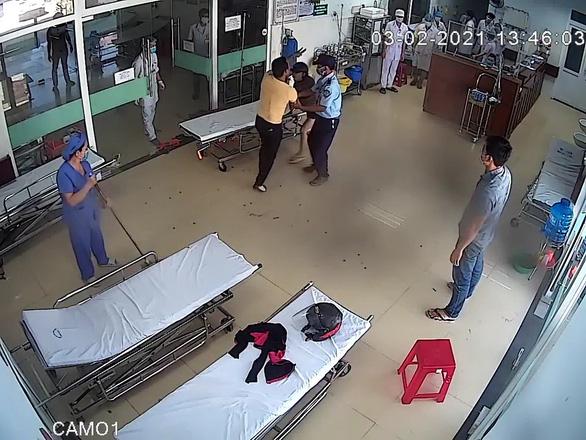 Bị nhắc đeo khẩu trang, bệnh nhân đánh bác sĩ bầm tím vùng mặt - Ảnh 1.