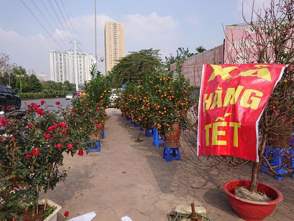 24 tết, người bán hoa tại Hà Nội xả hàng, giảm giá, chỉ mong huề vốn - Ảnh 1.