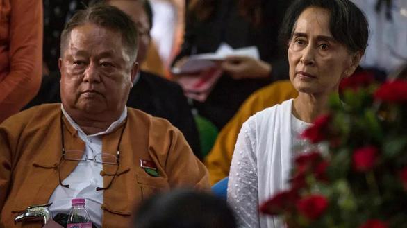 Cánh tay phải của bà Suu Kyi bị bắt khi biểu tình lan rộng ở Myanmar - Ảnh 1.