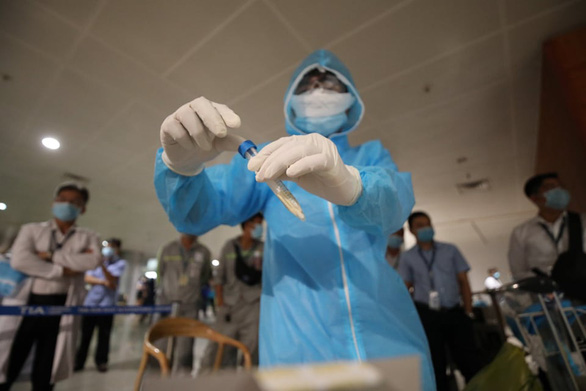 4 nhân viên bốc dỡ ở sân bay Tân Sơn Nhất nghi nhiễm COVID-19 - Ảnh 1.