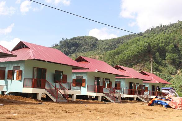 Bàn giao nhà ở cho người dân vùng sạt lở Trà Leng - Ảnh 1.