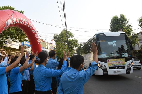 Gần 400 công nhân hủy vé chuyến xe sum vầy, ở lại Đồng Nai đón tết - Ảnh 1.