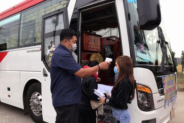 Gần 400 công nhân hủy vé chuyến xe sum vầy, ở lại Đồng Nai đón tết - Ảnh 2.