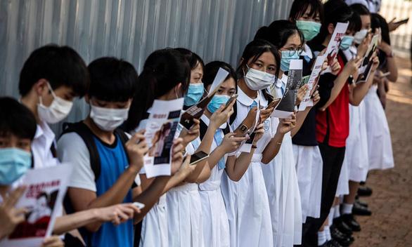 تناقض زمانی که هنگ کنگ در زمینه براندازی و مداخله خارجی برای دانش آموزان 6 ساله آموزش می دهد - عکس 1.