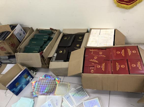 Dùng 4.000 con dấu, 5 tấn phôi sản xuất văn bằng, giấy tờ giả - Ảnh 2.