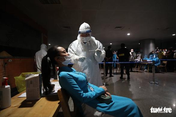 'Thần tốc' lấy mẫu xét nghiệm 1.000 nhân viên sân bay Tân Sơn Nhất trong đêm - Ảnh 2.