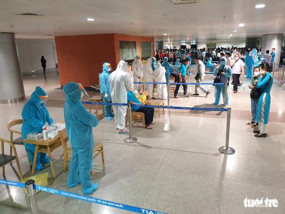 'Thần tốc' lấy mẫu xét nghiệm 1.000 nhân viên sân bay Tân Sơn Nhất trong đêm - Ảnh 4.