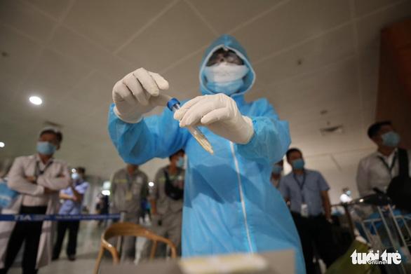 'Thần tốc' lấy mẫu xét nghiệm 1.000 nhân viên sân bay Tân Sơn Nhất trong đêm - Ảnh 1.