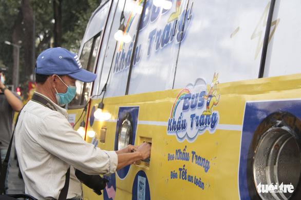 Sau ATM gạo, có thêm xe buýt phát... khẩu trang bằng cảm ứng tự động - Ảnh 6.