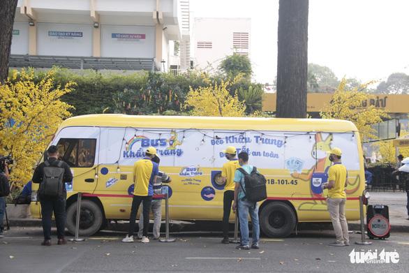 Sau ATM gạo, có thêm xe buýt phát... khẩu trang bằng cảm ứng tự động - Ảnh 1.