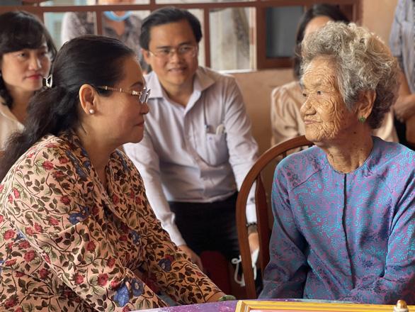 Lãnh đạo TP.HCM chúc tết, hỗ trợ bà con khó khăn tại Củ Chi và Bến Tre - Ảnh 2.