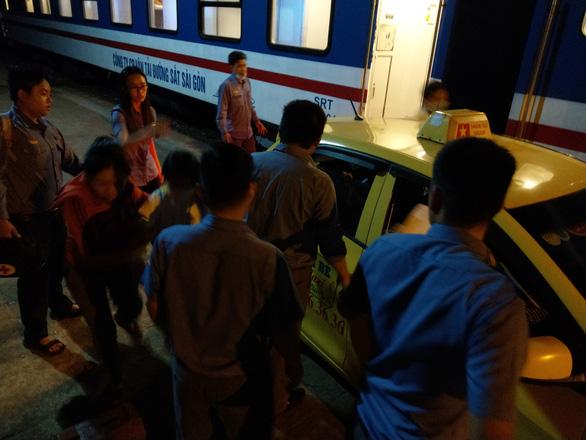 Nữ hành khách chuyển dạ, tổ tàu đưa đi bệnh viện mẹ tròn con vuông - Ảnh 1.