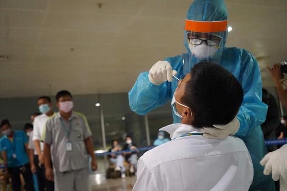 Lấy xong mẫu xét nghiệm COVID-19 cho 1.000 nhân viên sân bay Tân Sơn Nhất - Ảnh 1.