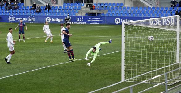 HLV Zidane trở lại sau COVID-19, Real Madrid thắng vất vả trước đội chót bảng - Ảnh 2.