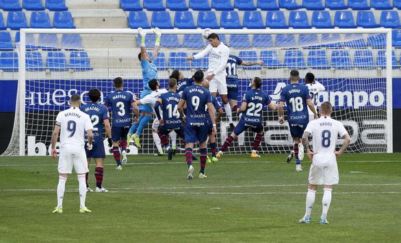HLV Zidane trở lại sau COVID-19, Real Madrid thắng vất vả trước đội chót bảng - Ảnh 3.