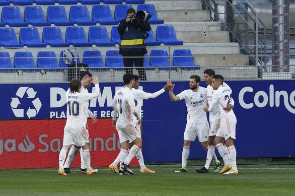 HLV Zidane trở lại sau COVID-19, Real Madrid thắng vất vả trước đội chót bảng - Ảnh 4.