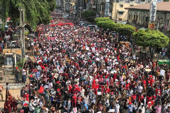 Internet ở Myanmar hồi phục, hàng ngàn người vẫn biểu tình phản đối đảo chính - Ảnh 2.