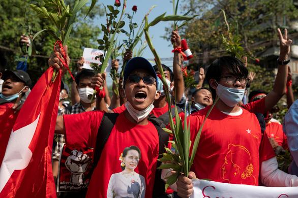 Internet ở Myanmar hồi phục, hàng ngàn người vẫn biểu tình phản đối đảo chính - Ảnh 1.
