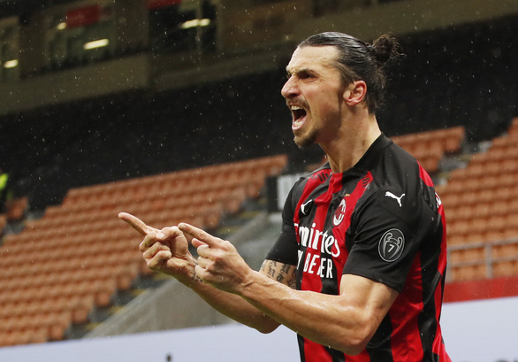Ibrahimovic ghi bàn thứ 500 và 501, AC Milan trở lại ngôi đầu bảng - Ảnh 1.