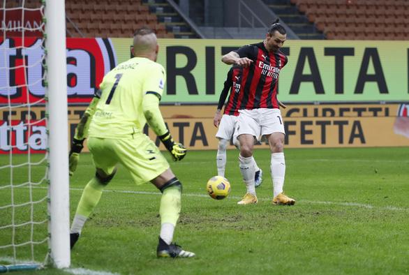 Ibrahimovic ghi bàn thứ 500 và 501, AC Milan trở lại ngôi đầu bảng - Ảnh 2.