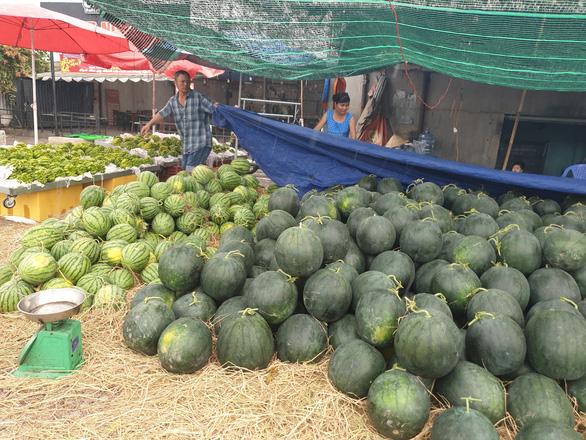 Sức mua chậm còn gặp mưa, người bán hoa trái ở Sài Gòn lo sốt vó - Ảnh 4.