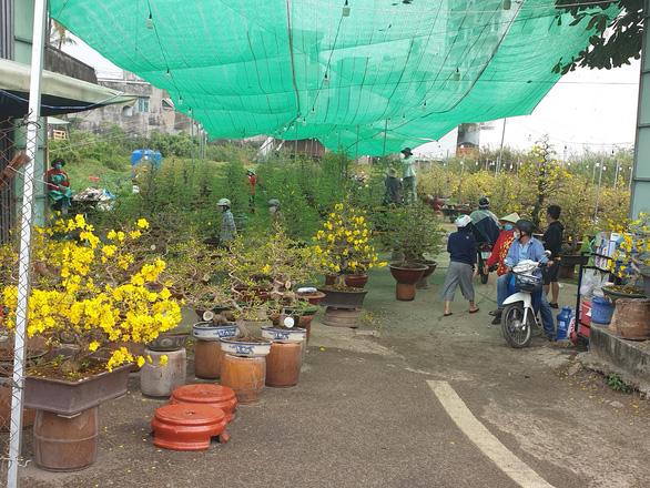 Sức mua chậm còn gặp mưa, người bán hoa trái ở Sài Gòn lo sốt vó - Ảnh 7.