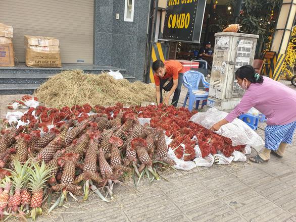 Sức mua chậm còn gặp mưa, người bán hoa trái ở Sài Gòn lo sốt vó - Ảnh 5.